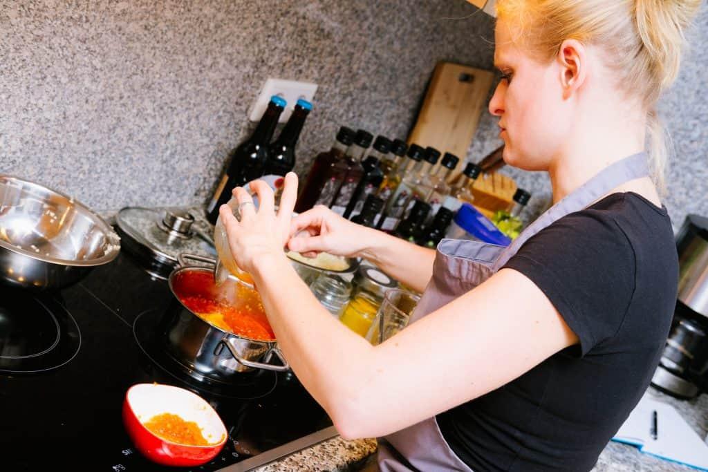Mühlenfeld - Mareille Willmann beim kochen